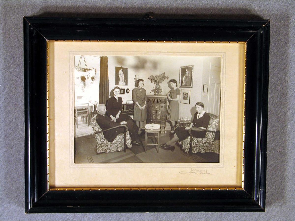 Familieportrett i stova av Henrik Johan Karstad og kona Ingeborg Torkildsen og tre vaksne døtre.