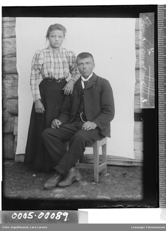 Portrett av ung kvinne og og mann.
