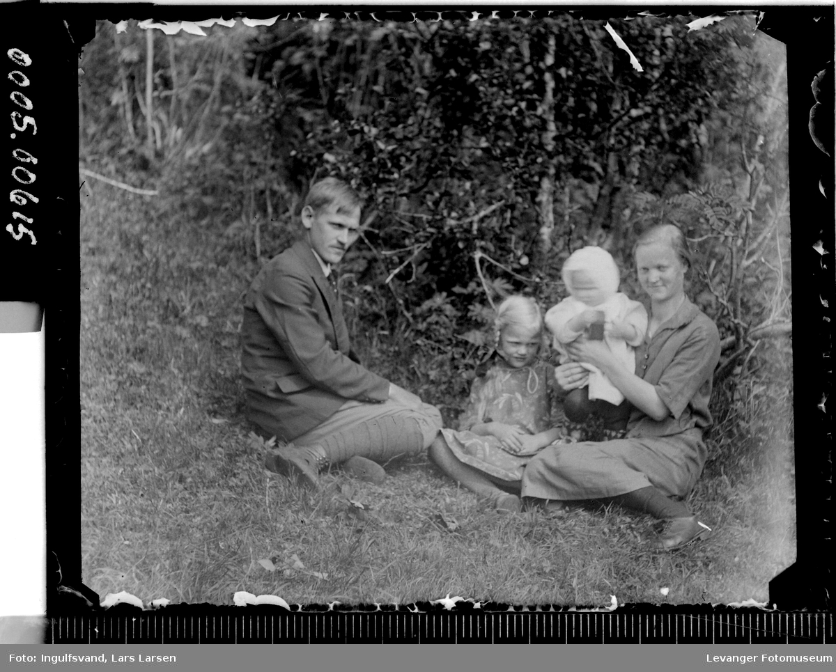 Gruppebilde av mann, kvinne og to barn.