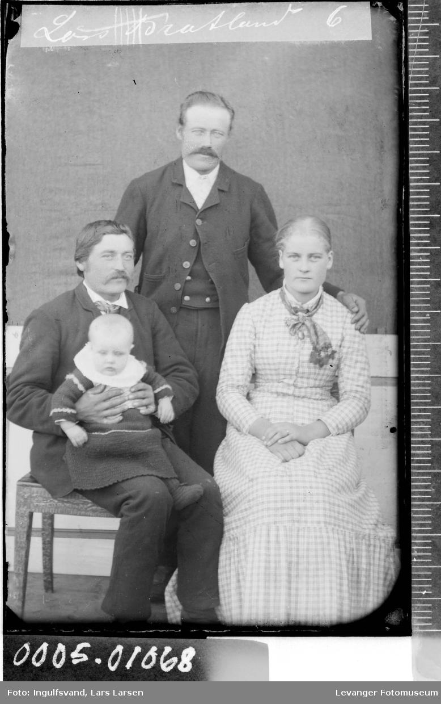 Gruppebilde av to menn, en kvinne og et barn.