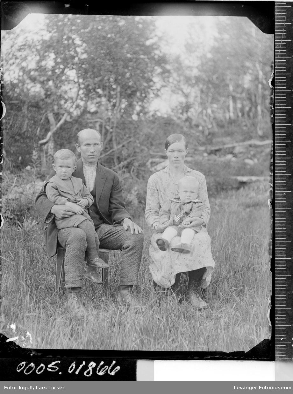 Gruppebilde av en mann, en kvinne og to barn.