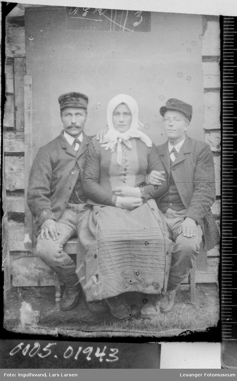 Portrett av tre menn hvorav en utkledd som kvinne.