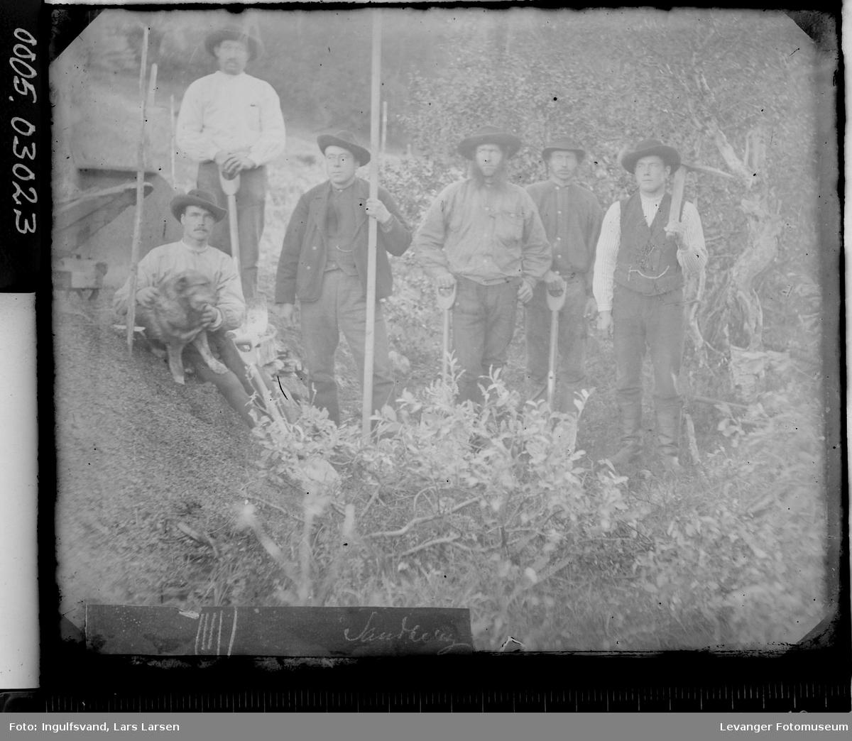 Gruppebilde av seks vegarbeidere.