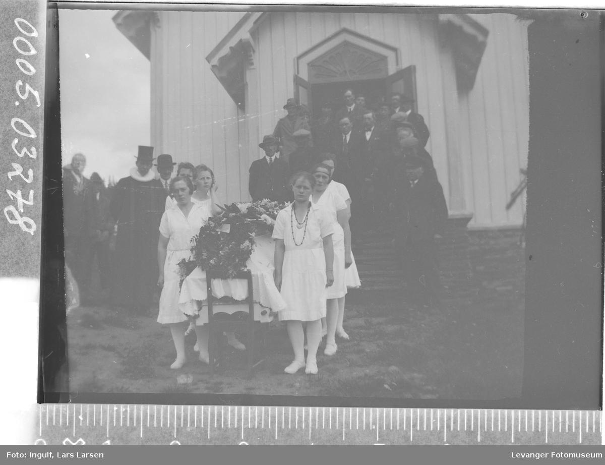 Begravelse kista bæres ut av kirka.