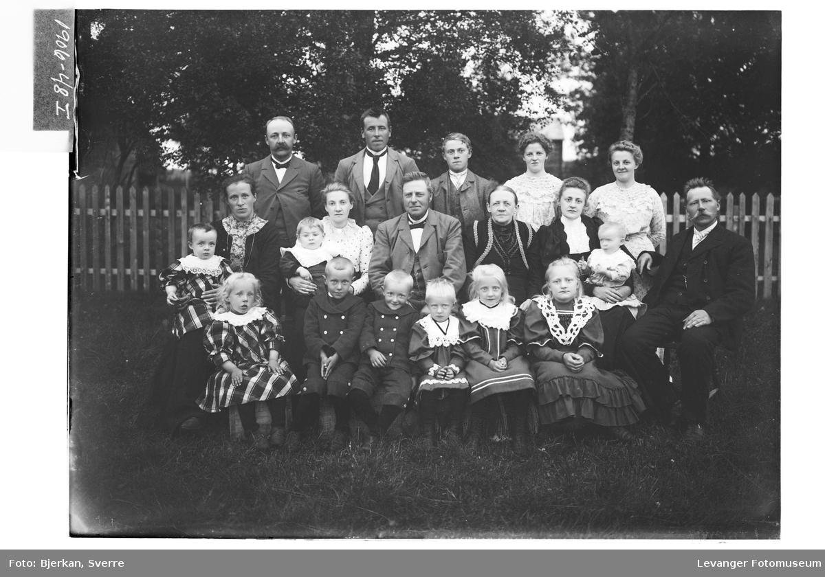 Gruppe av barn og voksne i det grønne