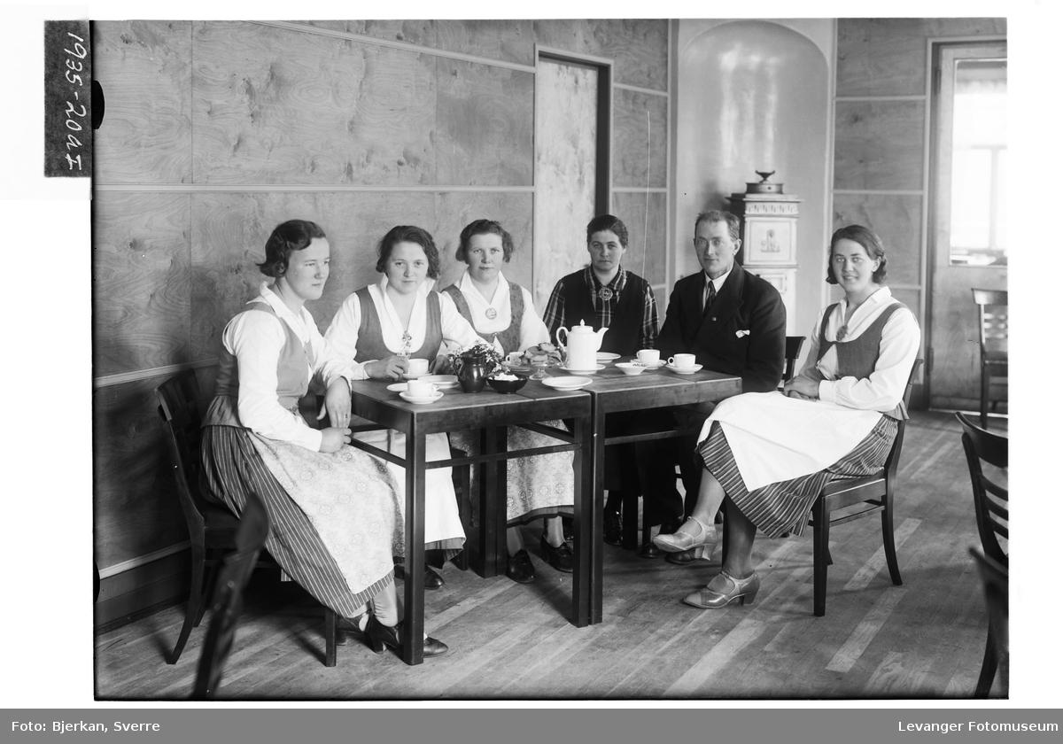 Julius Bye med ansatte ved Kaffestova i Levanger
