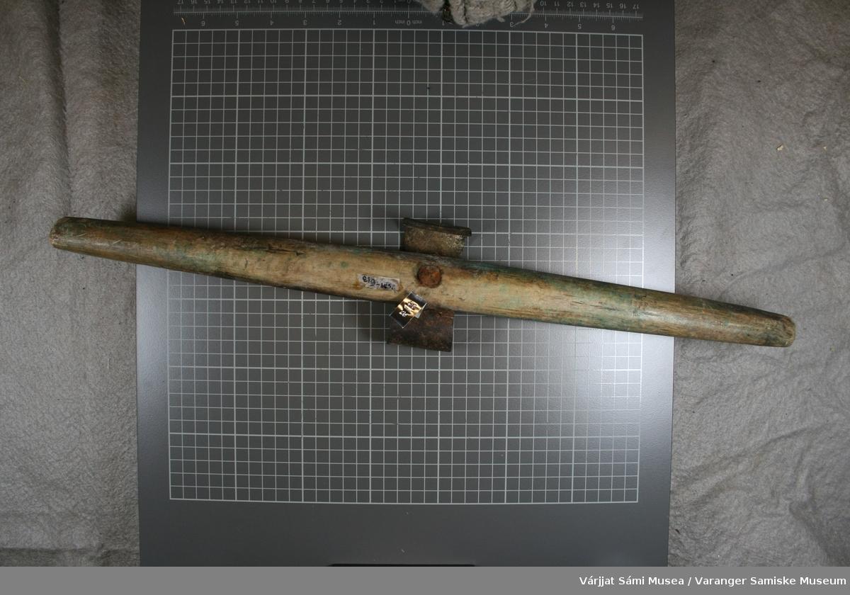 Jiehkku med skaft av tre og skrape av jern. En stor bolt holder skrapen festet til skaftet. Skaftet har ett grønt skjær i treverket. Kniven er litt løs.