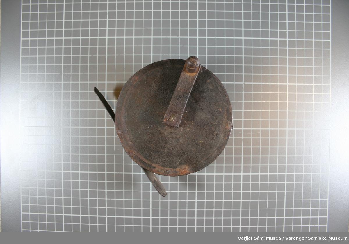 Snelle av metall. Laksesnelle. Den har fire stolper som de to skivene er klinket fast i. En bred plate på 2,8 cm som sokkelen er klinket fast i.. I midten tre smale stolper og en  tykkere hvor sveiva går igjennom. Det går to paralelle messingstrenger rundt snella.   Mål: Diam.: 10,8 cm Lengde på sokkelen: 13 cm Lengde på sveiva: 6,4 cm