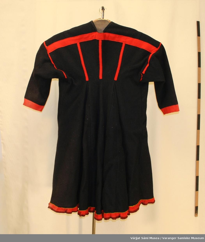 Damekofte sydd av svart/mørkeblå vadmel. Røde detaljer. Rød og mørkerød holbi med en smal gul stripe øverst.