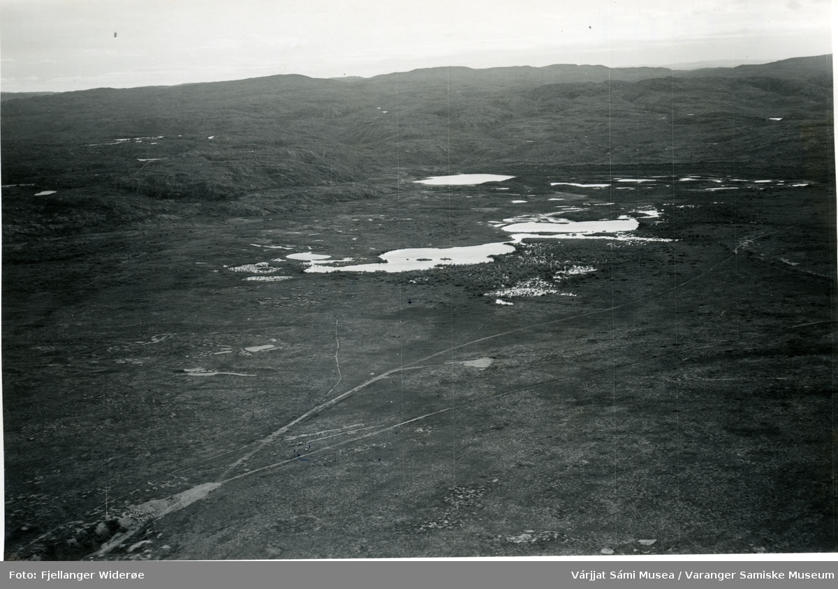 Flyfoto av  Stuorravuonguolbba / Karlebotnsletta i Unjárgga gielda / Nesseby kommune, 1953