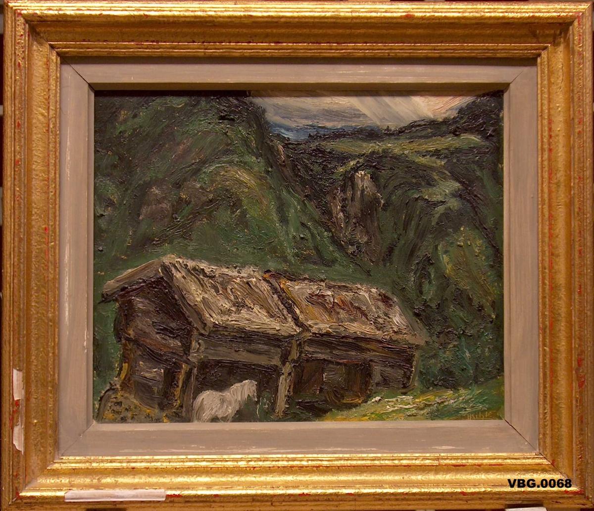 Gamalt hus med kvit hest framføre. Åsar i bakgrunnen.