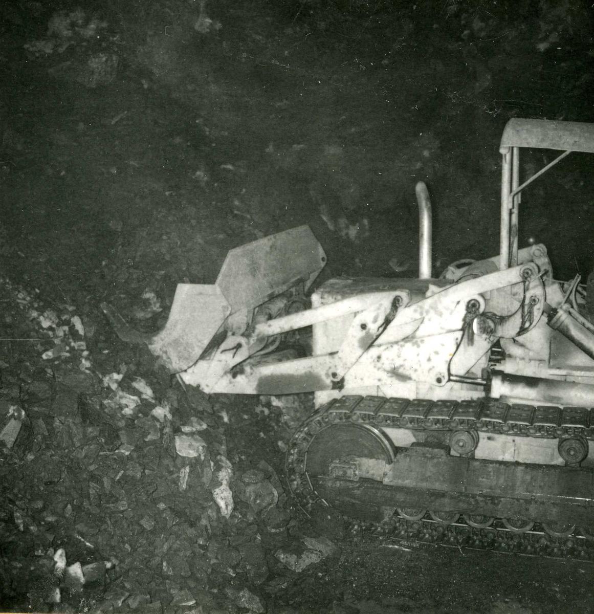Tilløpstunnel frå Vesås. Anleggsmaskin i tunnel.
