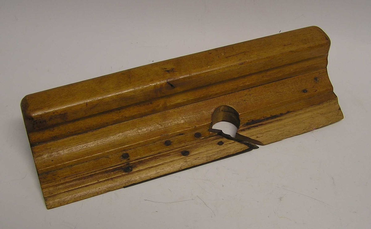 L-form med blad midt på. Til høvling av tappstykket slik at den passer til ramtreet.