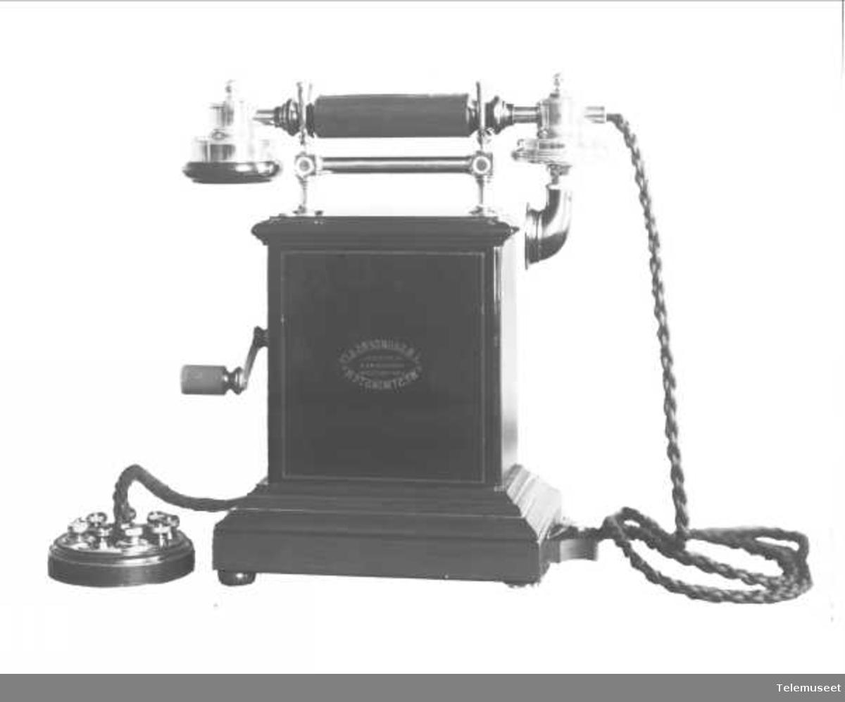 Telefon, magneto bordapparat i tre og stål. For J.B. Saunders & co. Elektrisk Bureau.