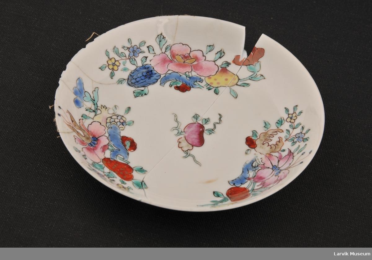 Form: kinesiske blomstermotiver i pastellfarver på hvit bunn,svært tynt porselen, oppheng i ståltråd m/heftplaster (?) fra baksiden. 2 deler