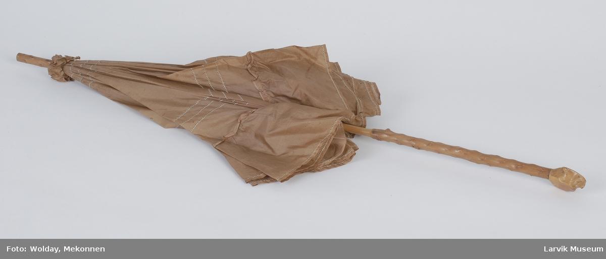 Form: silke med lysere stikninger og volang,