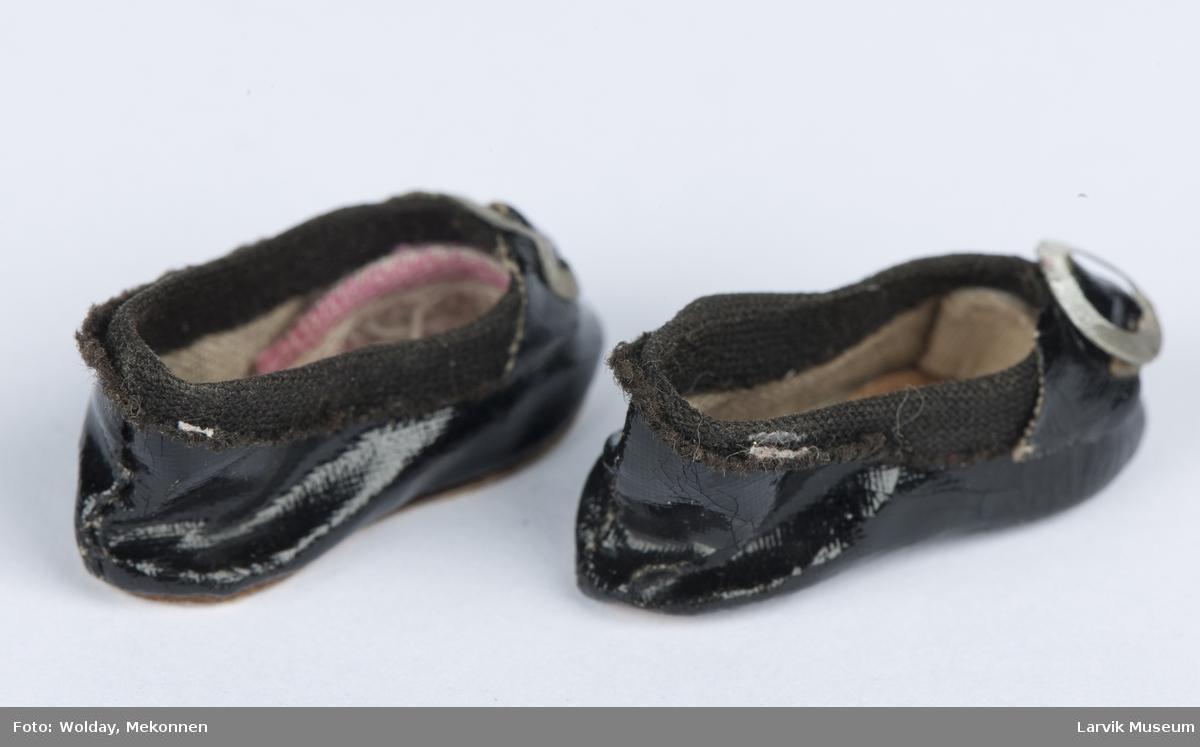 1 par sko til liten dukke med en liten rund metallspenne til pynt
