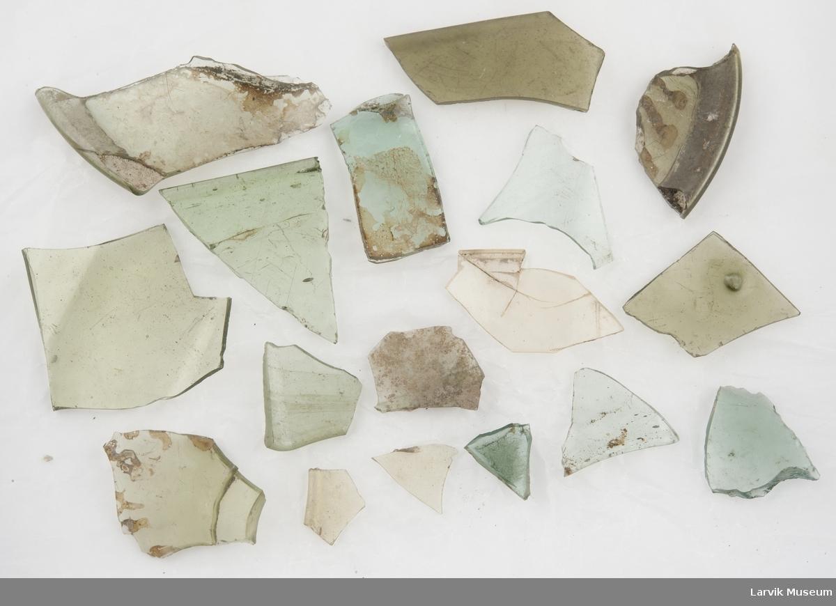17 stk. fragmenter til drikkeglass, grønnfarger