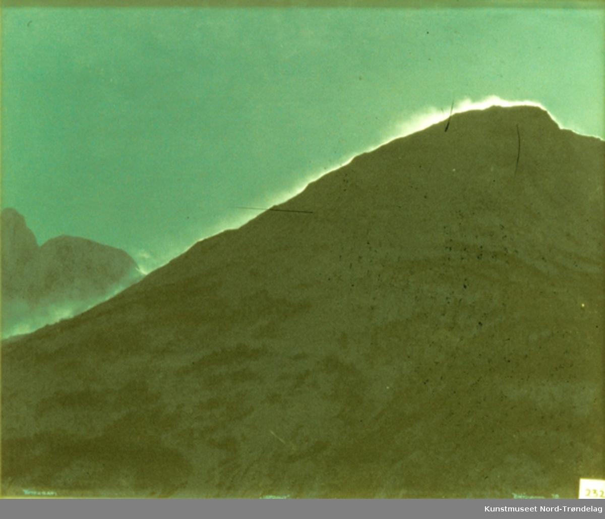 En fjellside med himmel bak. Skimter en isfront bak fjellet.