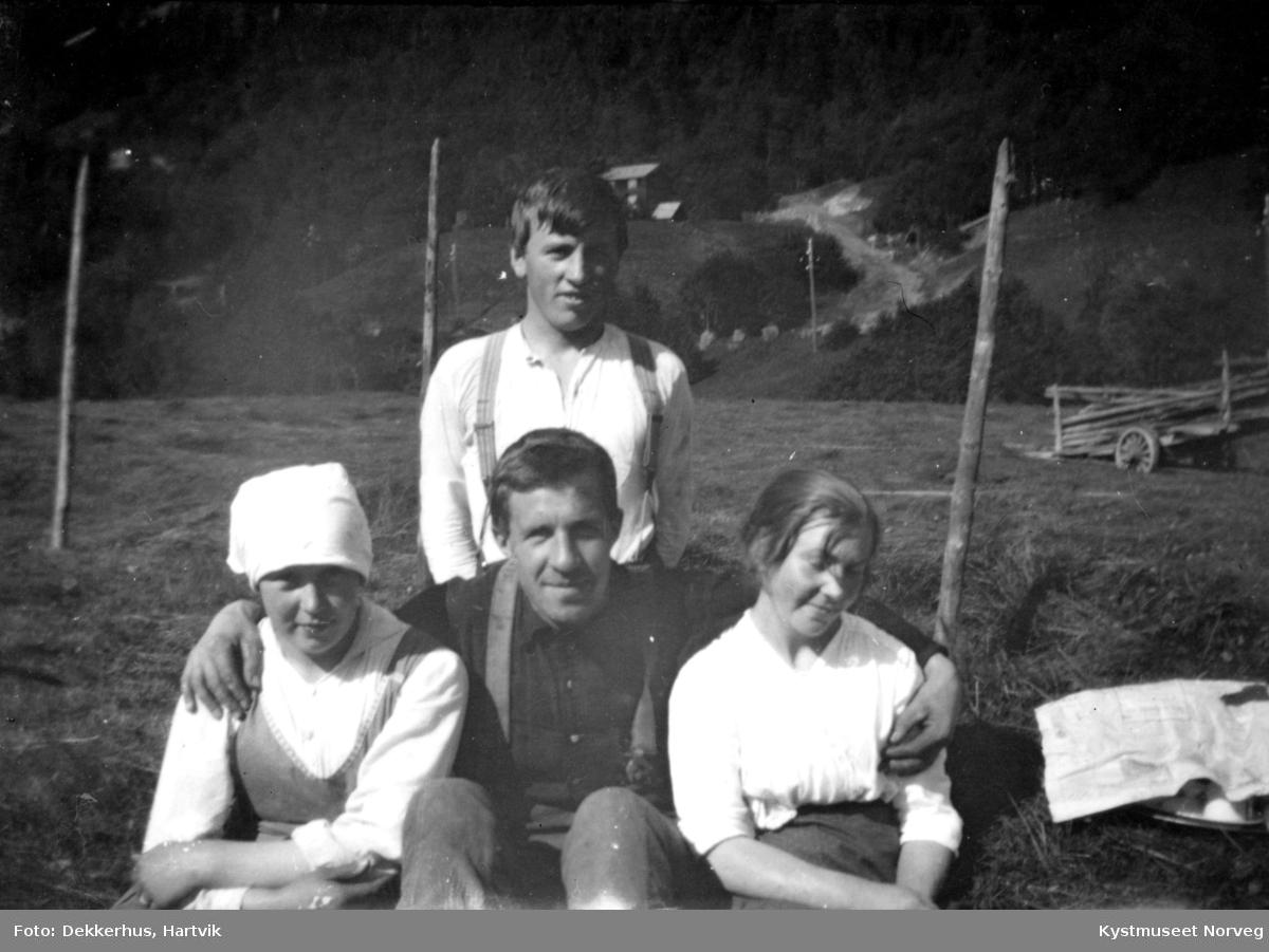 Fra venstre: Jenny og Hartvik Dekkerhus, Ågot fra Flatanger. Bak Gustav Waagø