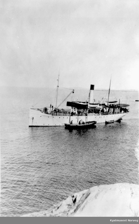"""Lokalbåten bringer varer til """"øy-folket"""", her like utenfor Sør-Gjæslingan"""