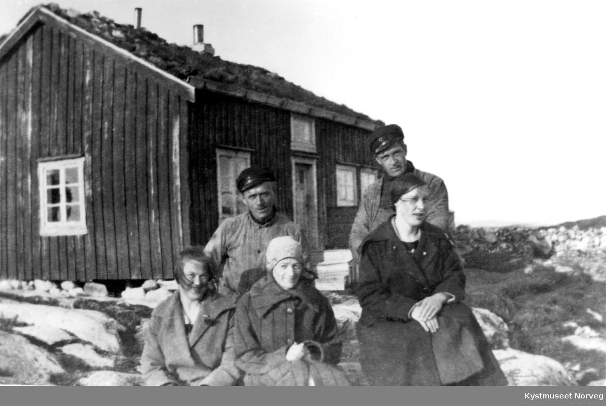 Fra venstre: Rebekka Gåsvær Kvalø, Arne Gåsvær, Ingeborg Gåsvær Strand, Torolf Strand og Anna Strand ved huset på Gåsværet