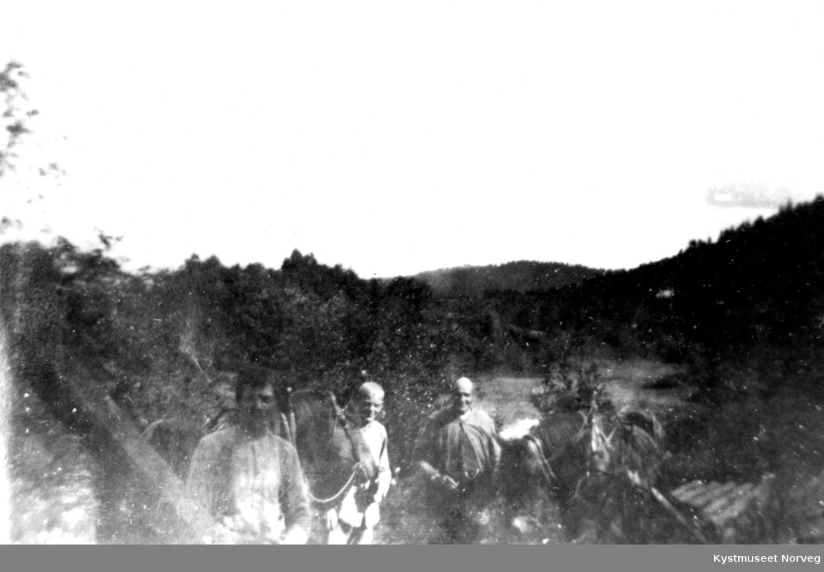 Tre ukjente menn med hester