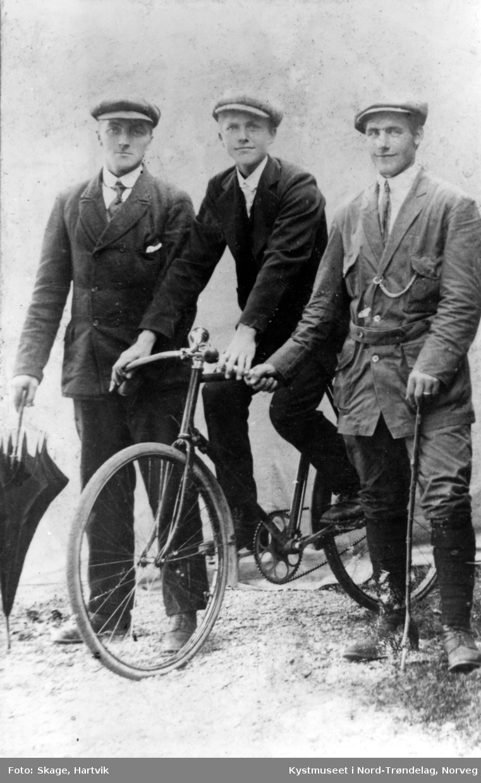 Fra venstre: ukjent, Trygve Risvik og Kristian Larsen