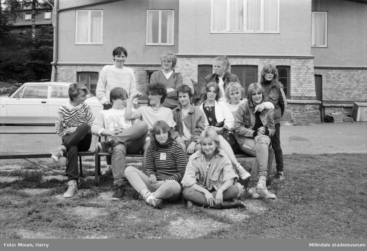 """Kålleredsungdomar på sommarjobb, år 1984. """"Feriejobbande ungdomar vid högkvarteret i gamla kommunalhuset i Kållered.""""  För mer information om bilden se under tilläggsinformation."""