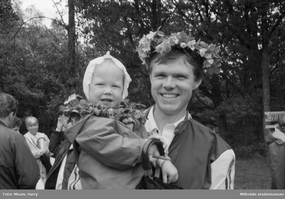 """Midsommarfirande i Bunketorp, Lindome, år 1984. """"Ingemar Bengtsson med Charlotte, 1,5 år, firade midsommar vid Bunketorp.""""  För mer information om bilden se under tilläggsinformation."""