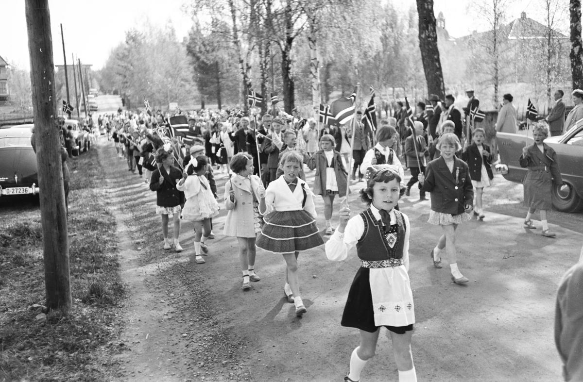 17. mai. Elverum.  1960.  Barnetog, Kirkevegen.
