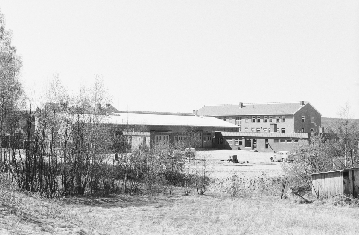 17. mai. Elverum.  1962. Baksiden av Olrudbygget / Arkaden.