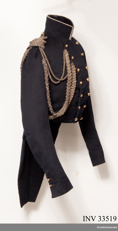 Grupp C I. Ur uniform, salongsdräkt, för officer vid Livregementets husarkår; 1814-1845. Består av frack, ägiljett, hatt, plym, byxor, handrem, skor.