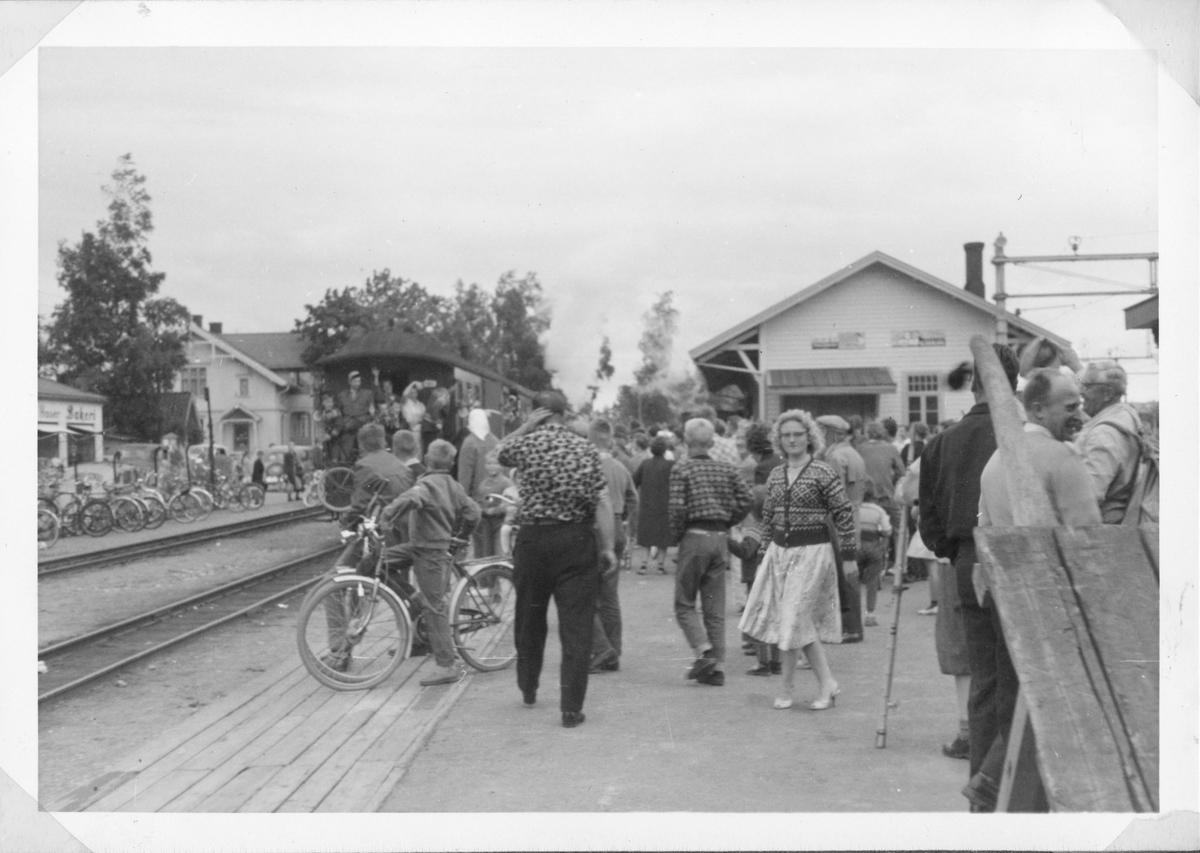 Siste ordinære tog på Urskog-Hølandsbanen på vei ut fra Sørumsand stasjon.