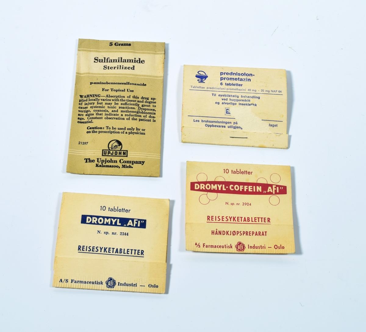 Fire pakker med medisinske preparater.   a) er en hvit og grå uåpnet konvolutt som inneholder pulver. På forsiden har den svart trykk/tekst.   b) en hvit (noe gulnet) folder i myk papp. På forsiden har den trykk/tekst i blått. Inni er det et mykt brett med seks tabletter. Pappen er foldet rundt dette brettet som er festet til pappen med en stift. Denne stiftet fungerer også som en del av lukkemekanismen.   c) en hvit (noe gulnet) folder i myk papp. På for- og baksiden har den tekst/trykk i blått. Inni er det et mykt plastbrett med ti gule tabletter. Den ene tabletten er presset ut av plasten og halvparten av denne er borte. Pappen er foldet rundt dette brettet som er festet til pappen på den ene siden.   d) en hvit (noe gulnet) folder i myk papp. På for- og baksiden har den tekst/trykk i rødt. Inni er det et mykt plastbrett med ti gule tabletter. Pappen er foldet rundt dette brettet som er festet til pappen på den ene siden.