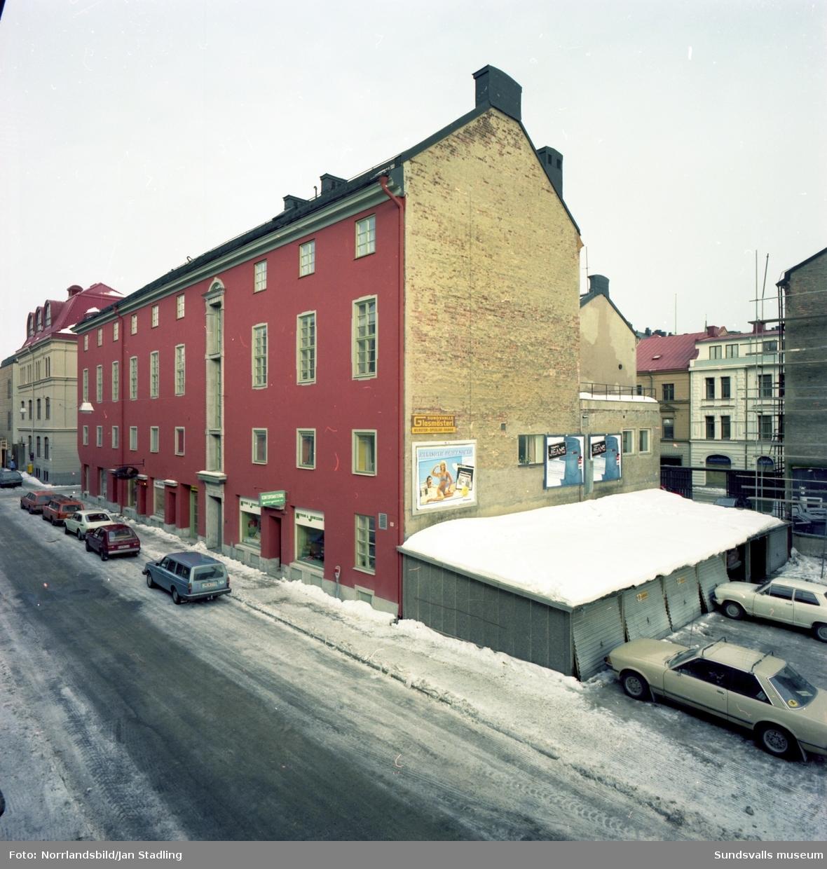 Gamla folkets hus i Stenstaden, här med Grand hotell, tobaksaffär och Coppelia balettshop med flera butiker i gatuplan. Exteriörbilder vid Rådhusgatan-Nybrogatan.
