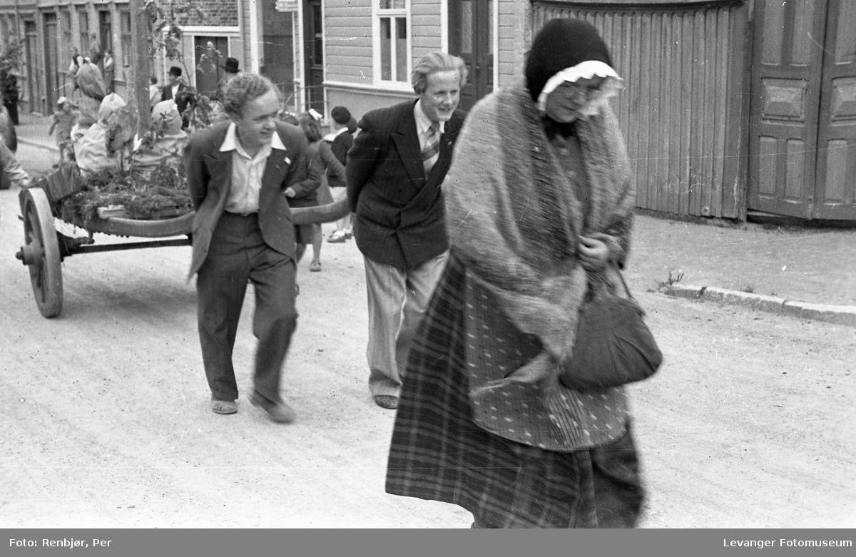 Barnas dag, Levanger, menn drar ei bikkvogn.