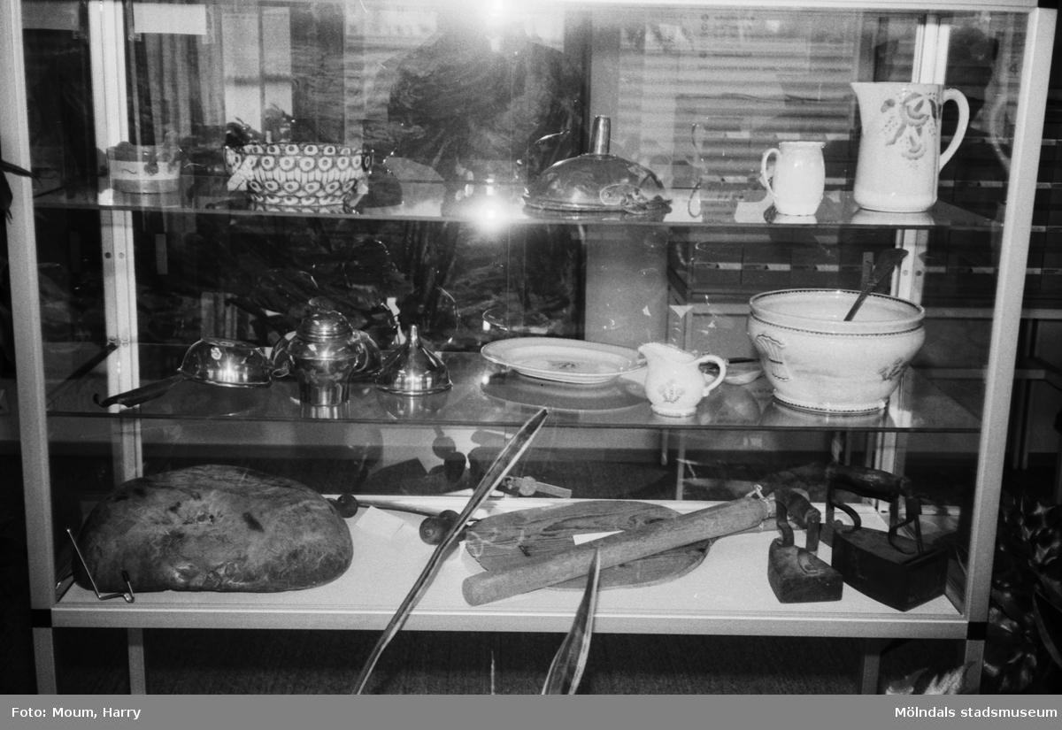 Mary Faijersson från Tulebohöjd ställer ut bruksföremål på Kållereds bibliotek, år 1983.  För mer information om bilden se under tilläggsinformation.