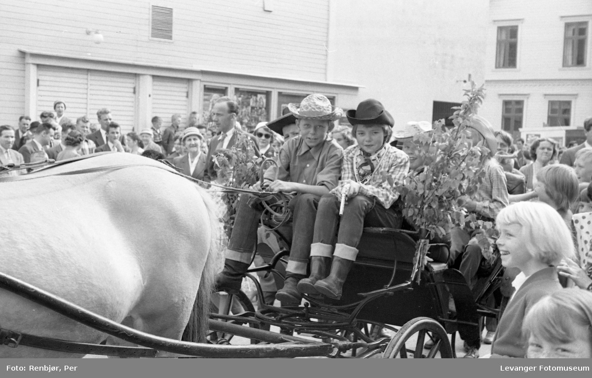 """Barnas dag, Levanger, jente og gutt utkledd som """"cowboyer""""."""