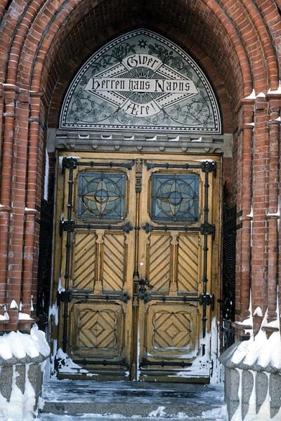 Trefoldighetskirken.  Hoveddøren, med snøkanter.