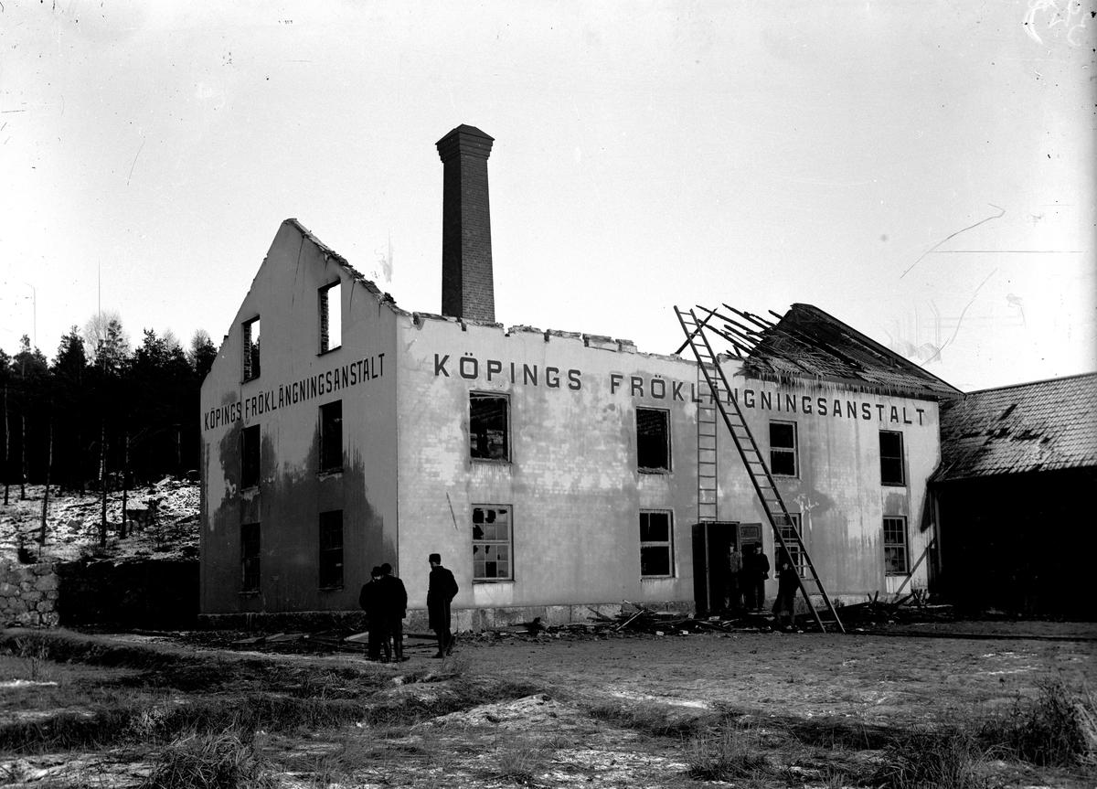 Efter branden av fröklängningsanstalten, utifrån.  Fotograf E. Sörman.