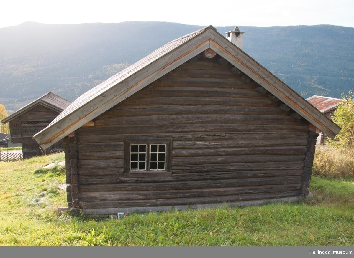 Det er en vanlig 3-roms stue, rommene blir kalt for stugu, kammers og kleve.  Inngangen går rett inn i stuerommet.