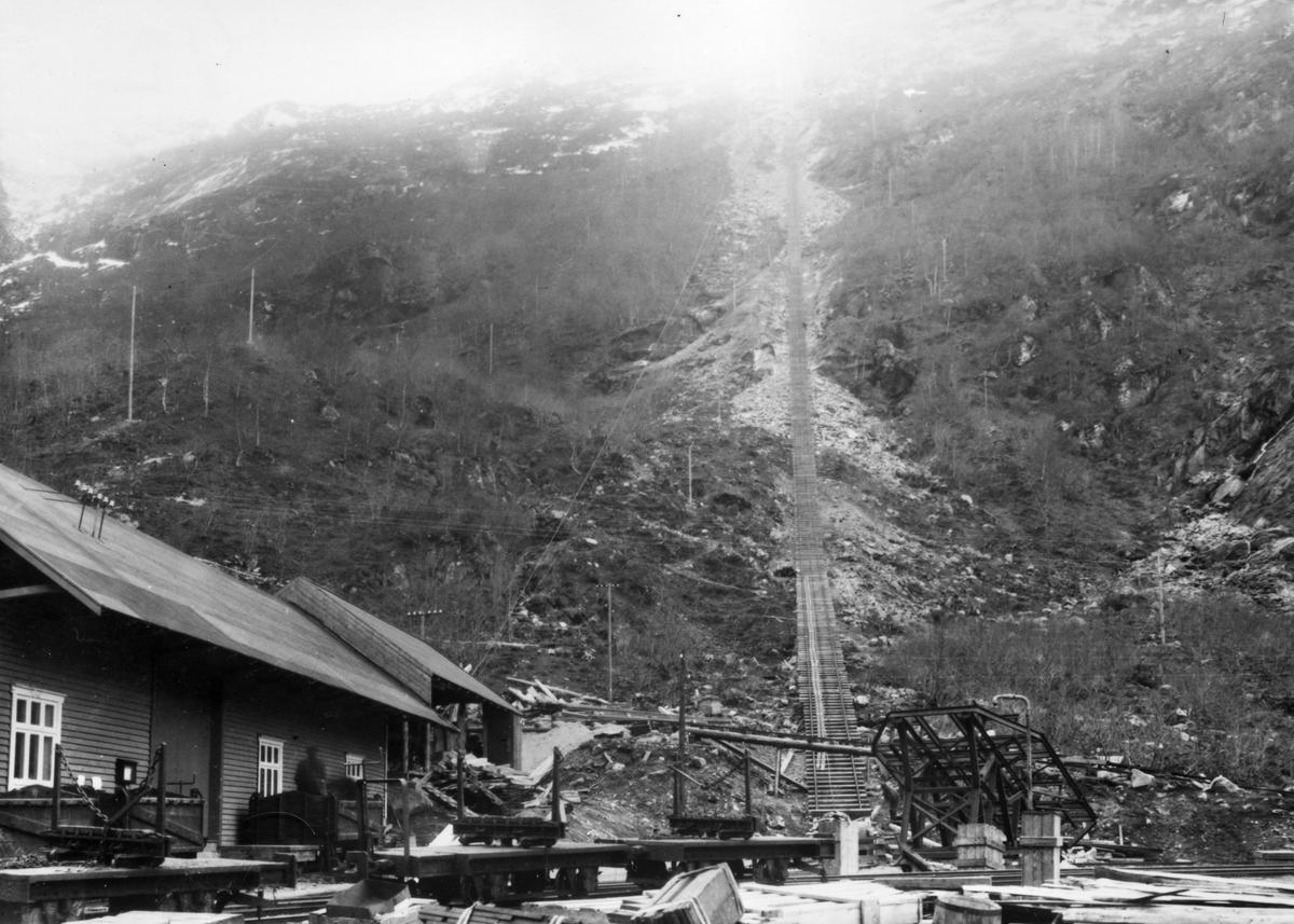 Jernbaneheisen ved Dalen på Aurabanen. En av heisvognene (til høyre) er under montering. Bolstervogner sees til venstre. Taubanen skimtes bak til venstre.