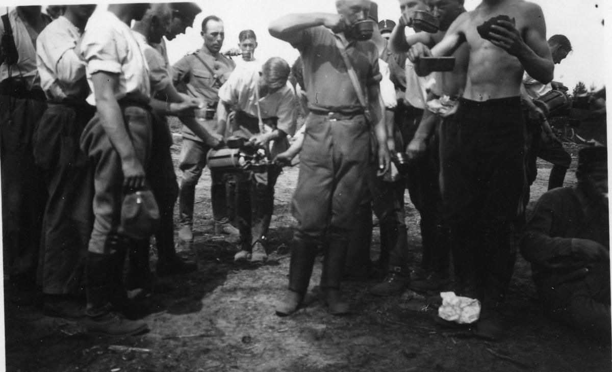 Extraförplägnad av svagdricka, A 6. I mitten: styckjunkare Wahlgren.