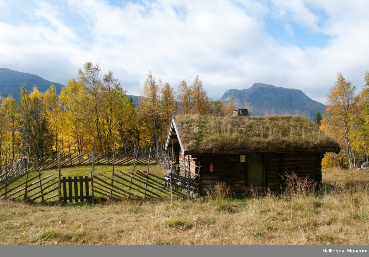 Stølsbua kommer fra stølen Embrikgarden i Lykkja.  Stølsbua har 2 rom, bu og mjølkebu.