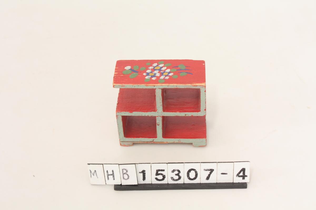 Møbel til lekehus. Hylle i tre, rødmalt med stilisert blomsterdekor.