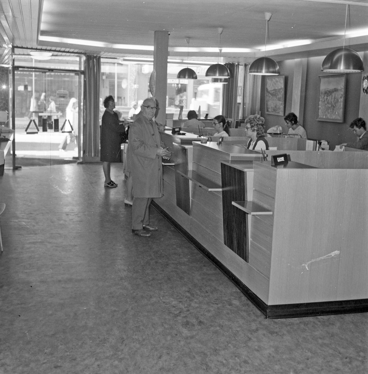 Inngangspartiet i Strandgaten. Interiør fra Strandgaten og Haraldsgaten. Publikum og ansatte.