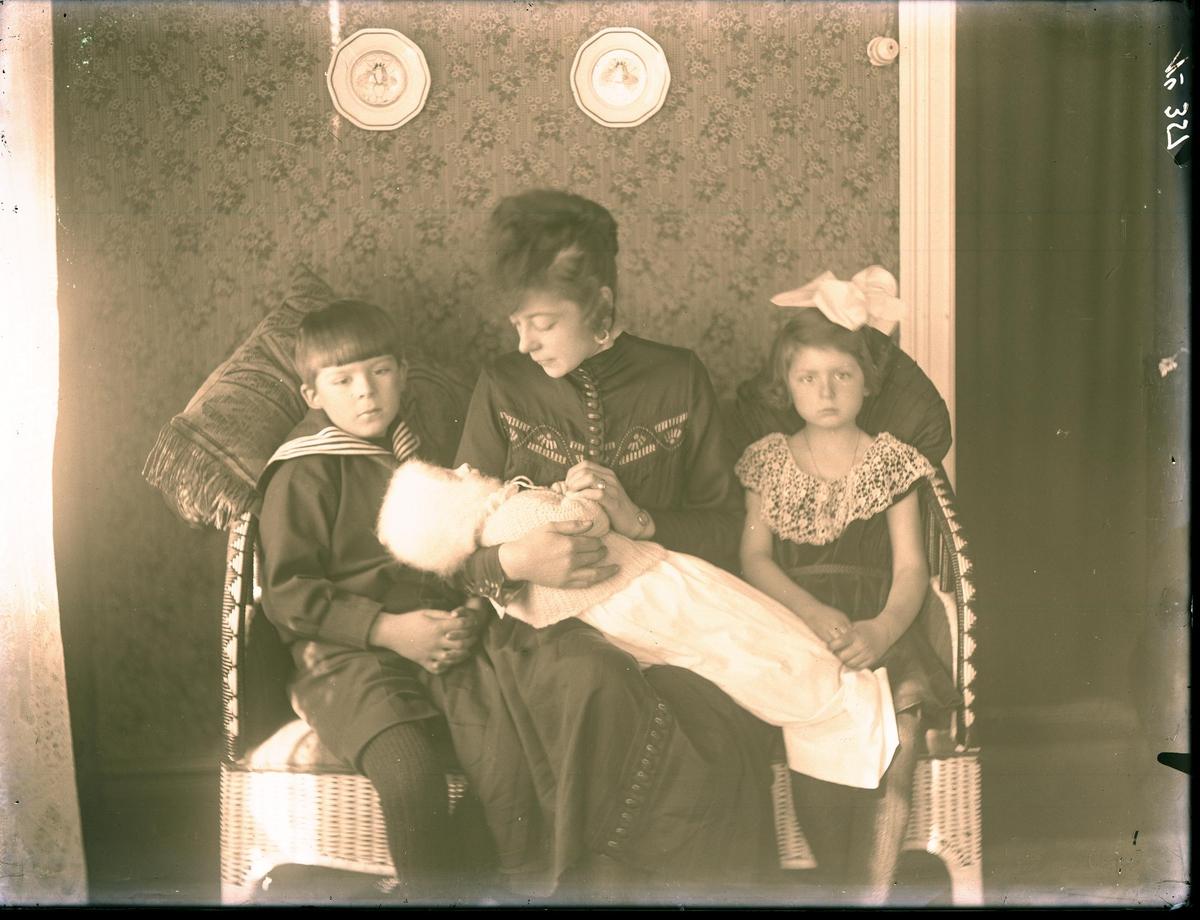 Interiør - gruppe - kvinne med 3 barn