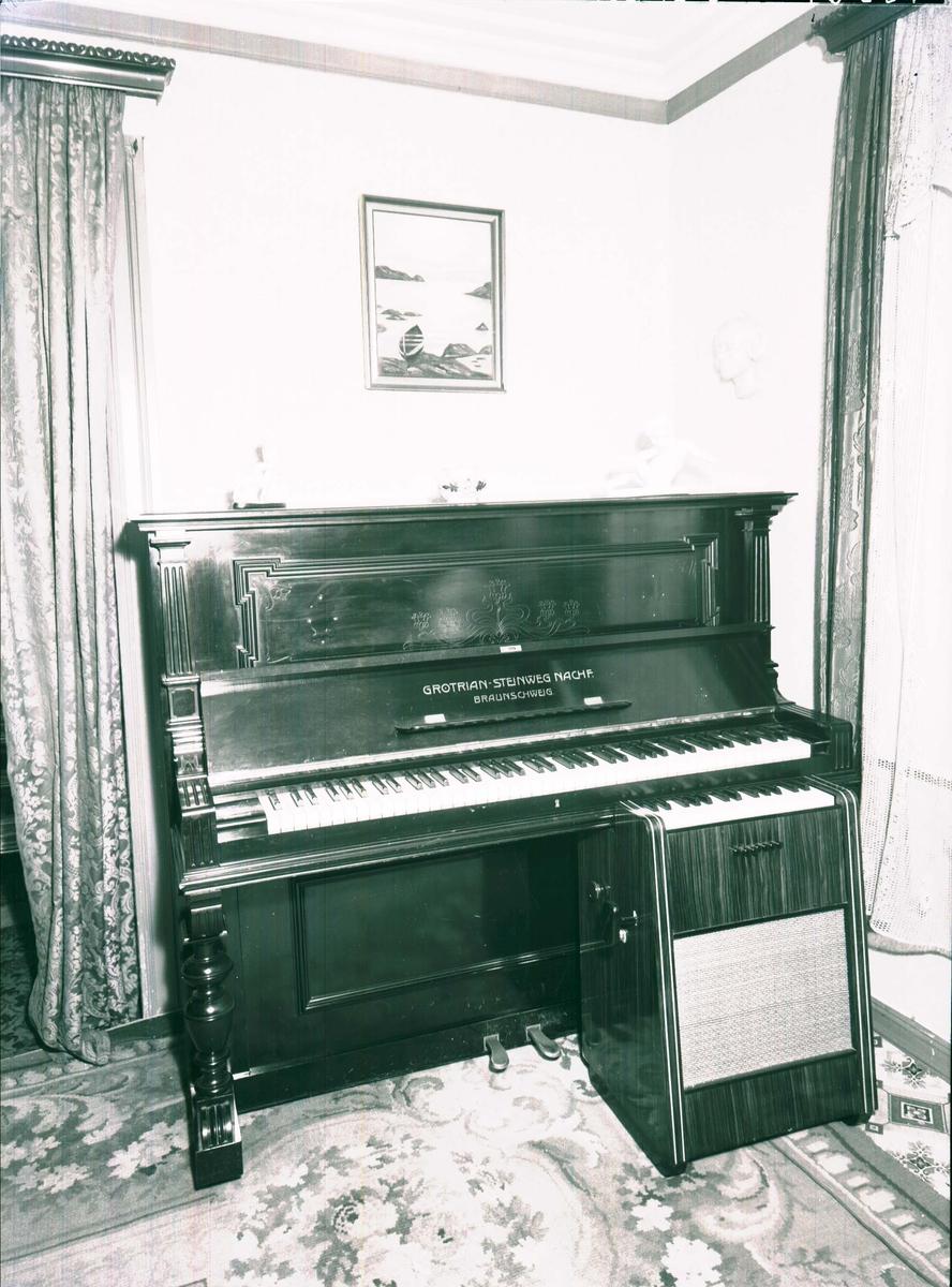 Interiør - Radio - Musikkinstrument.- Soloton - Piano