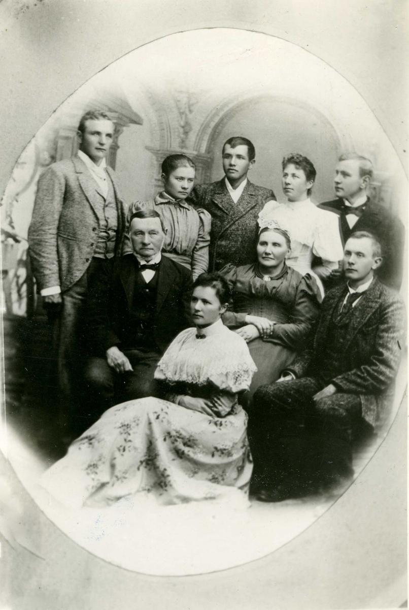 Portrett - Gruppebilde, fem herrer, 4 damer - Familiebilde.
